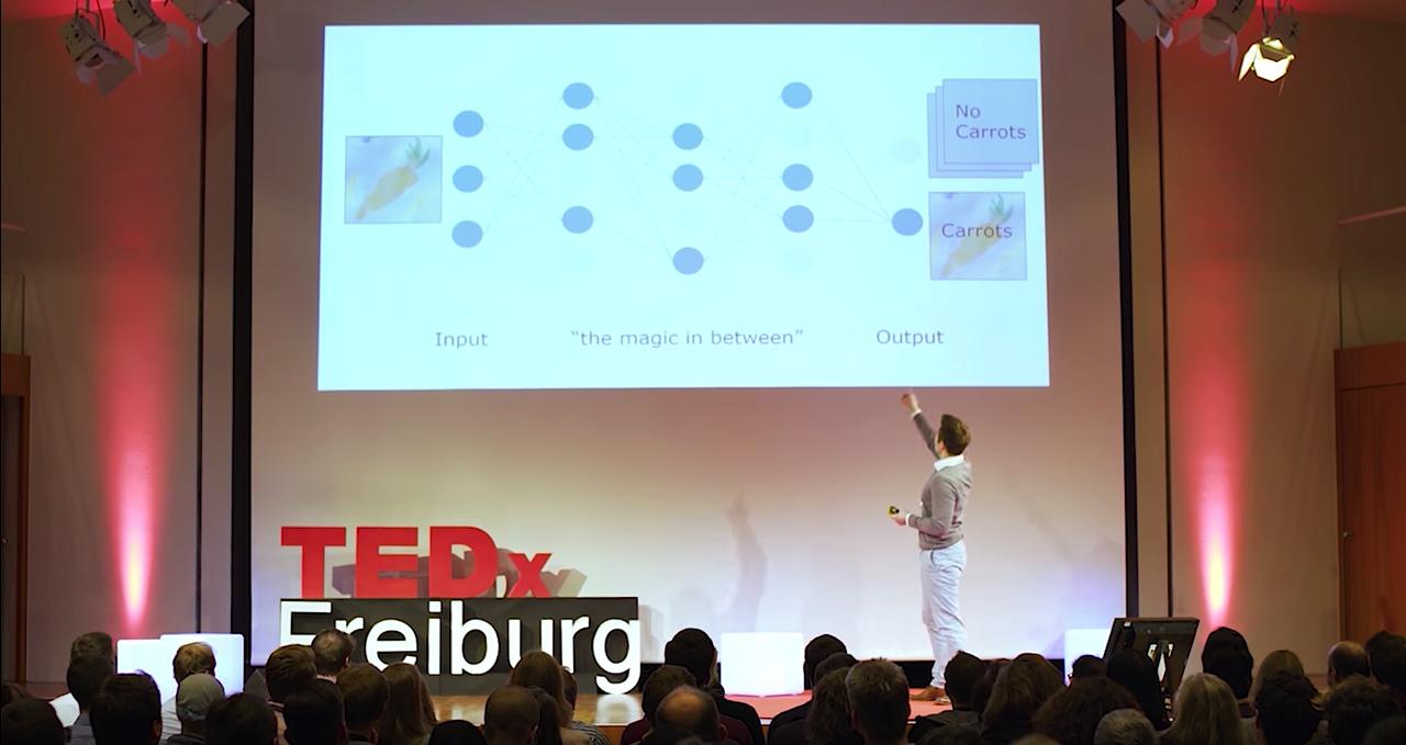 6-Ted Talk Sebi Zeigt Auf Bildschirm