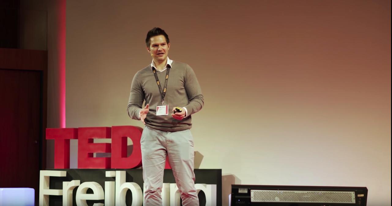 9-TedxTalk Sebi Gestikultiert Und Lacht